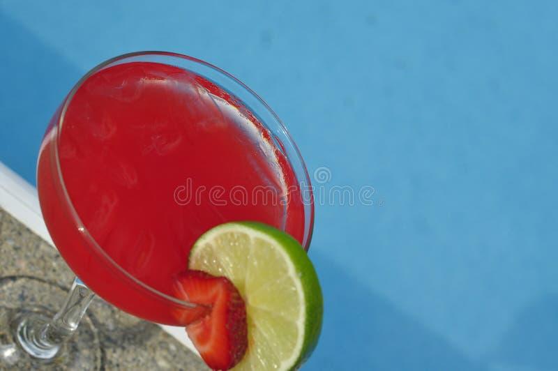 Poolside-Erdbeere Margarita auf den Felsen mit Kalk schmücken stockfoto