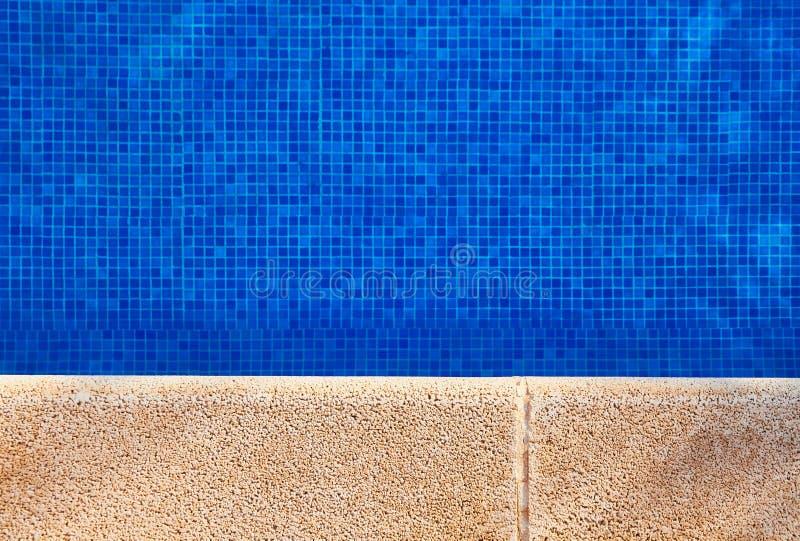 Poolside med klart vatten royaltyfri fotografi