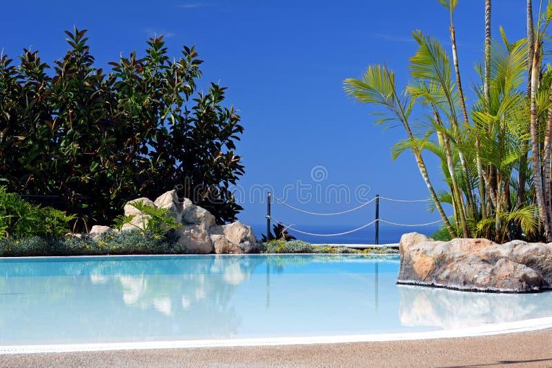 Poolside met mooie overzeese mening Canarische Eilanden spanje royalty-vrije stock foto