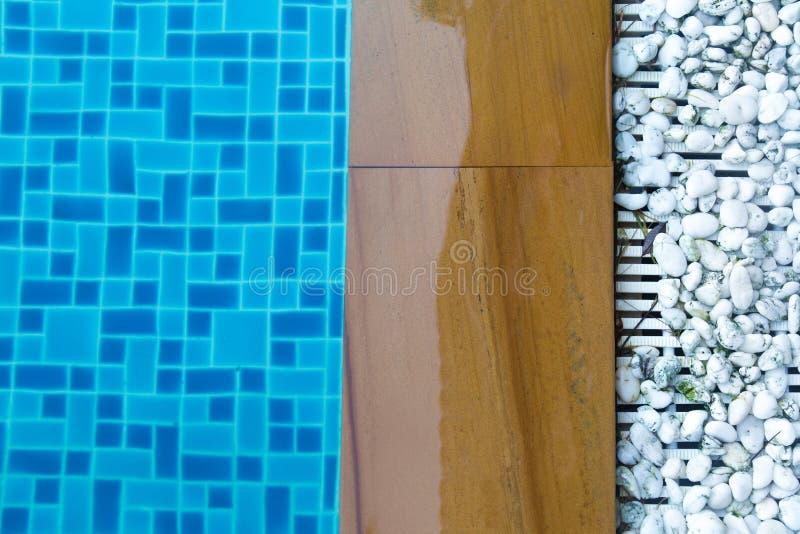 Poolside mit Felsen- und Kopienraum, Draufsicht lizenzfreie stockfotos