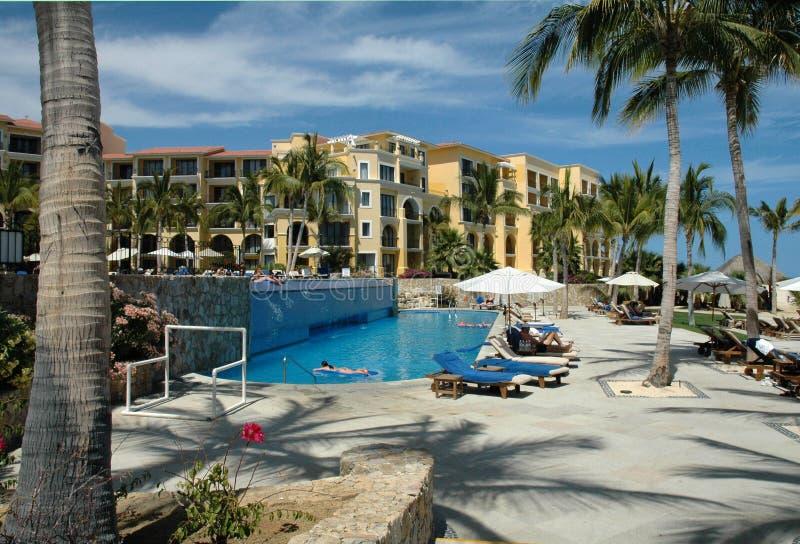 Poolside no recurso em Cabo San Lucas, México imagens de stock