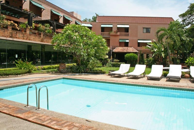 Download Poolside tropical image stock. Image du essuie, reposez - 739499