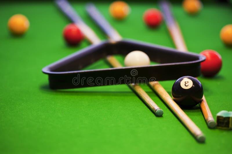Poolspiel auf grüner Tabelle stockfoto