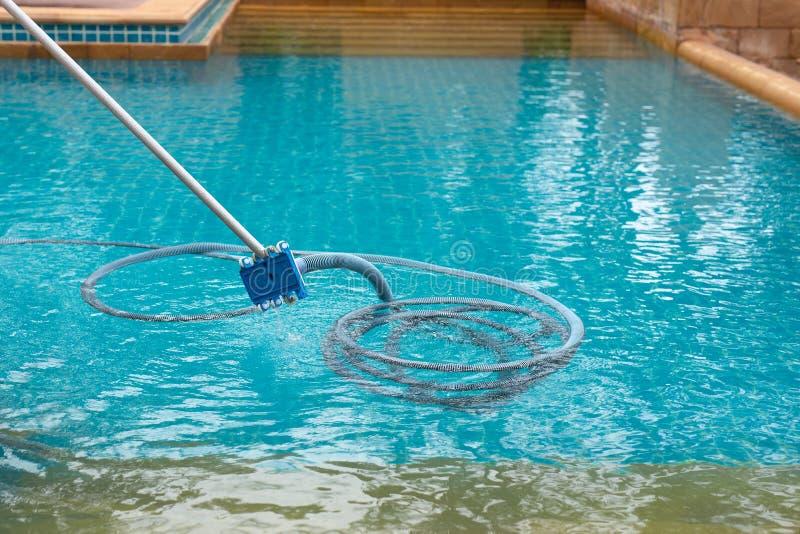 Poolstaubsaugen schmutzig in der Unterseite des Swimmingpools stockfotos