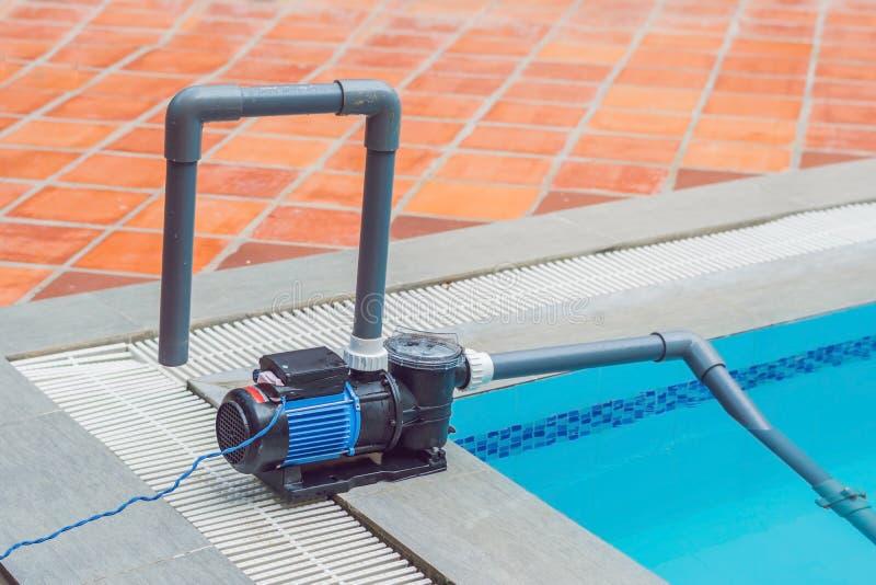 Poolvacuüm die flexibele slang op de pool schoonmaken royalty-vrije stock foto's