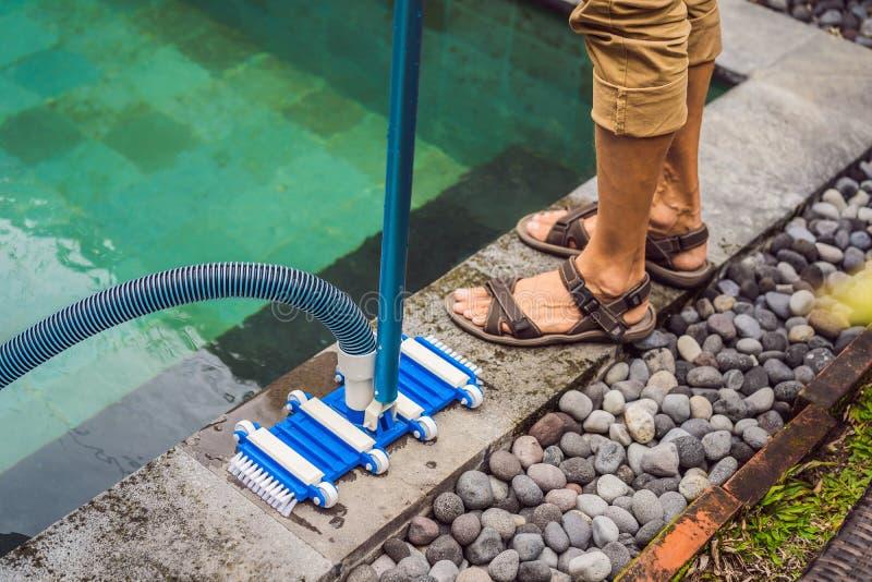 Poolvacu?m die flexibele slang op de pool schoonmaken royalty-vrije stock afbeeldingen