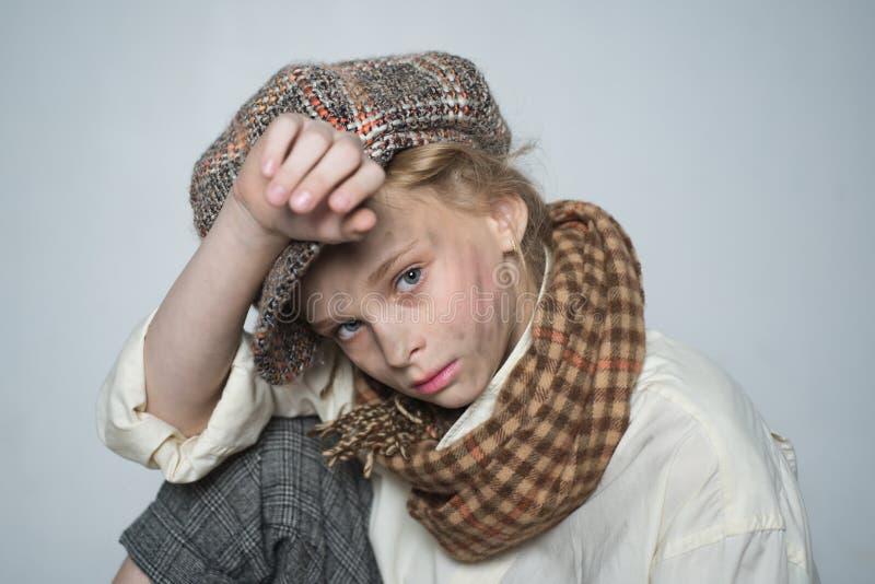 Poorness y pobreza muchacha adolescente en traje masculino retro ni?o de la calle con la cara sucia estilo ingl?s del vintage Hom foto de archivo libre de regalías