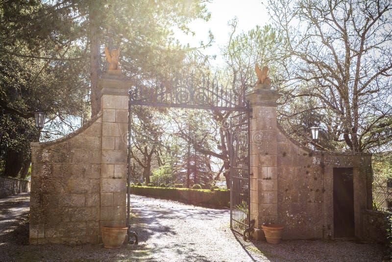 Poort aan de villa royalty-vrije stock foto