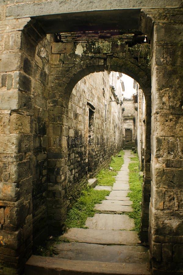 Poort aan een oud dorp in China stock afbeeldingen