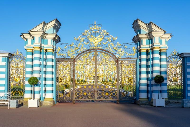 Poort aan het paleis van Catherine in Tsarskoe Selo Pushkin, Heilige Petersburg, Rusland stock fotografie