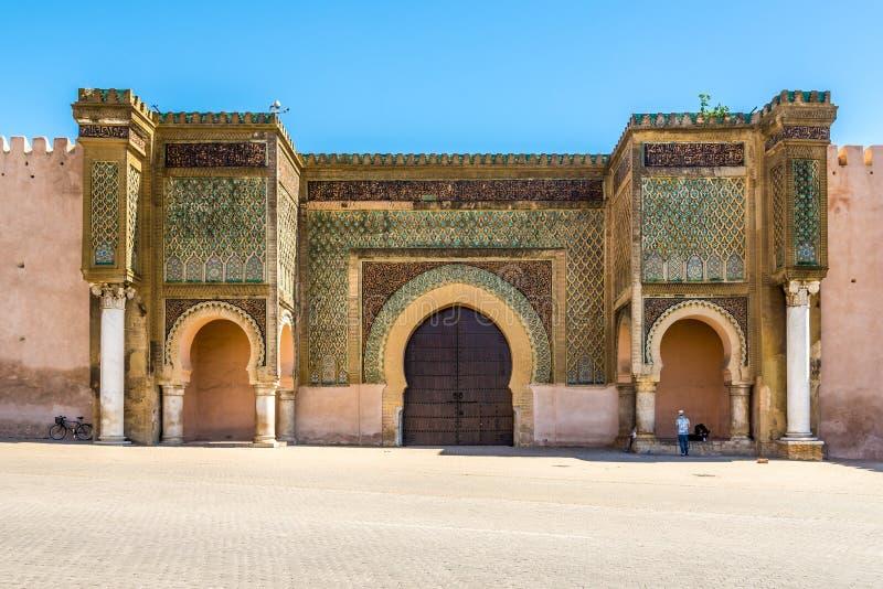 Poort Bab El-Mansour bij het vierkant van Gr Hedim in Meknes - Marokko stock foto's