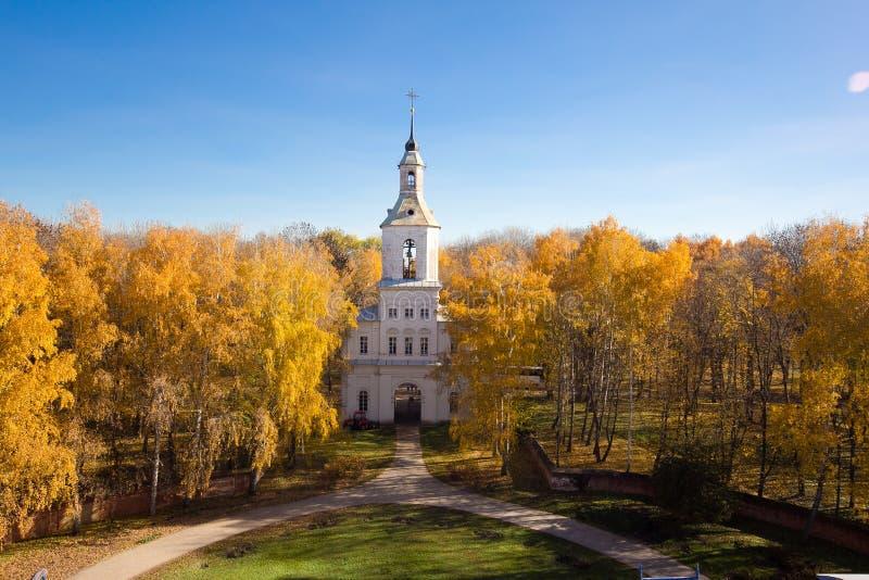 Poort belltower, ingang aan het landgoed van Bobrinsky-Tellingen bij de herfstbomen stock foto