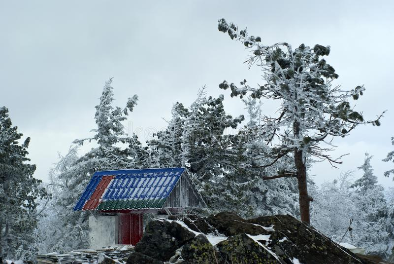 Poort in een Boeddhistisch klooster op de achtergrond van een de winterlandschap royalty-vrije stock foto's