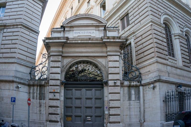 Poort met Bank van het teken van Italië op zijn bovenkant royalty-vrije stock afbeeldingen