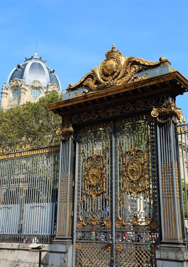 Poort met gouden metaal in Parijs in Frankrijk wordt verfraaid dat stock afbeeldingen