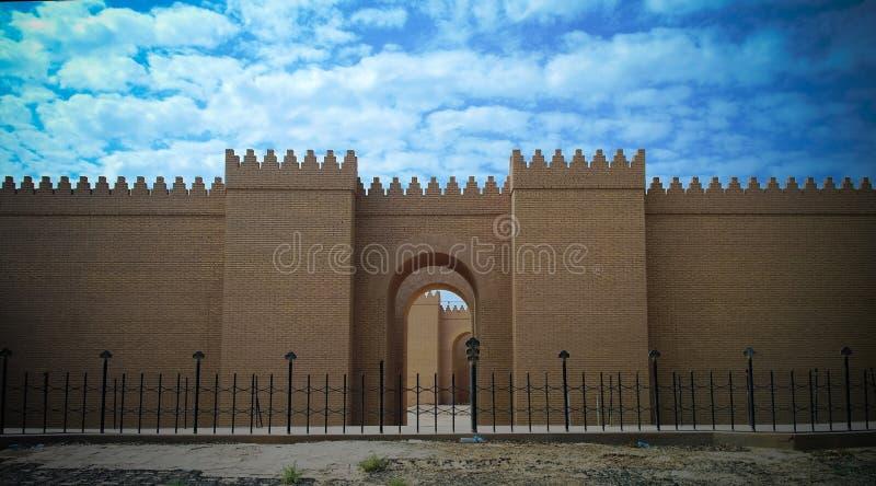Poort van gedeeltelijk herstelde Babylon-ruïnes, Hillah, Irak stock foto's