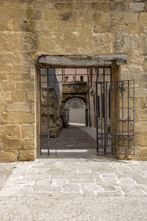 Poort van het park achter de ruïnes van de Kerk van San Pedro in Viana, Navarre Spanje op de Manier van St James, Camino DE Santi royalty-vrije stock foto's