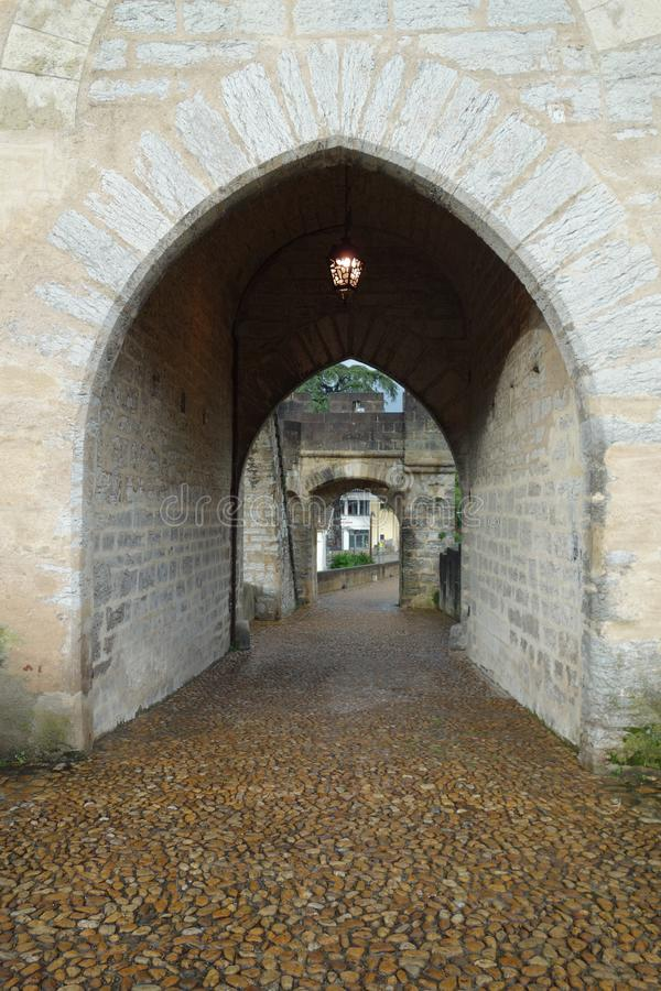 Poort van Pont Valentre in Cahors, Frankrijk raining stock foto's