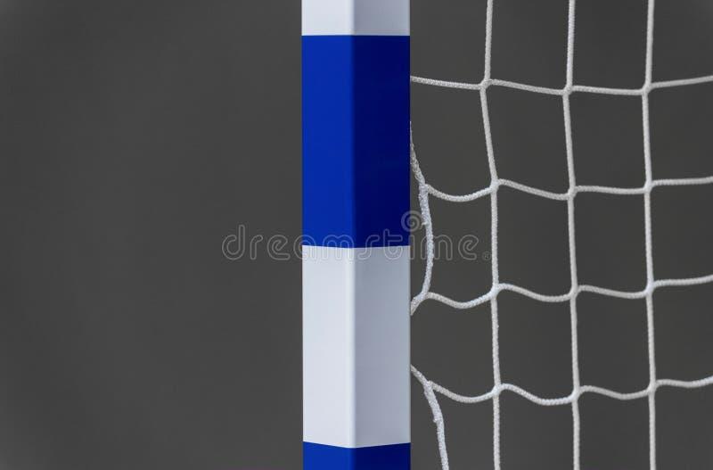 Poort voor futsal of handbal in gymnastiek Detail van poortkader en netto Openluchtvoetbal of handbalspeelplaats stock foto's