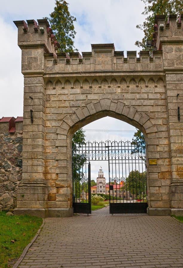 Poorten van het nieuwe Sigulda-kasteel royalty-vrije stock foto's