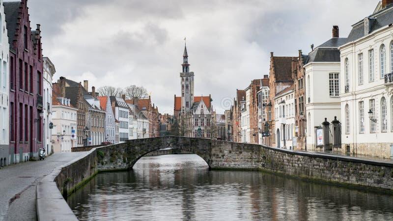 Poortersloge, aka os Burghers alojam, no canal de Spiegelrei em Bruges, Bélgica imagem de stock