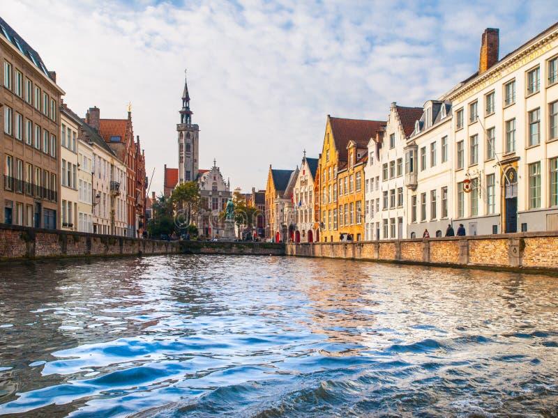 Poortersloge, aka os Burghers alojam, no canal de Spiegelrei em Bruges, Bélgica fotos de stock royalty free