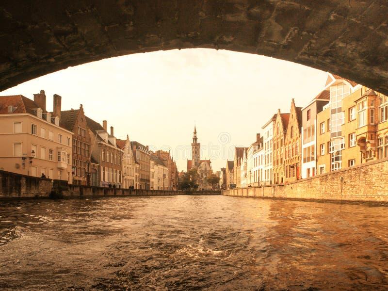 Poortersloge, aka os Burghers alojam, no canal de Spiegelrei em Bruges, Bélgica foto de stock