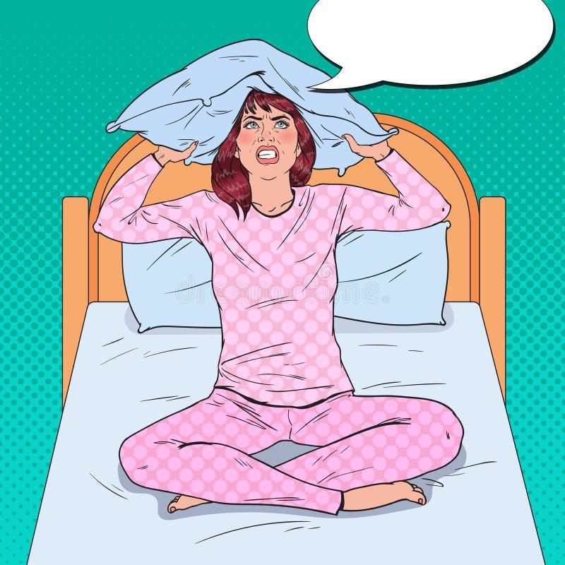 Pop Art Frustrated Woman Closing Ears met Hoofdkussen Zware Ochtendsituatie Meisje die aan slapeloosheid lijden stock illustratie