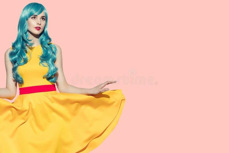 Pop-Arten-Porträt der Schönheit Gelbes flatterndes Kleid und stockfotos