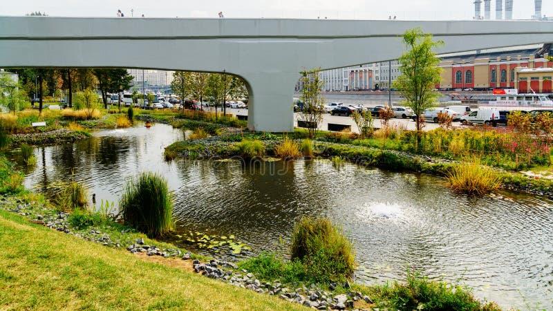 Poparcie Spławowy most Zaryadye & sztuczny rezerwuaru park obraz royalty free