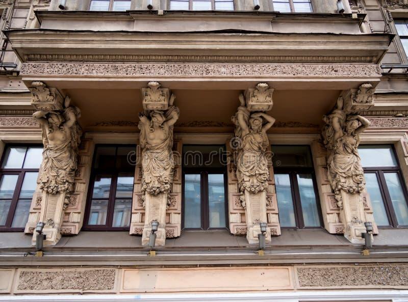 Poparcie w postaci żeńskich postaci na balkonie dom 79 na Nevsky perspektywie obrazy royalty free