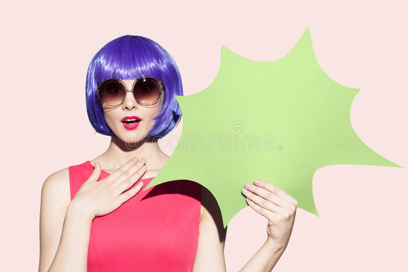 PopArt Woman Portrait Wearing Purple peruk och solglasögon royaltyfria bilder