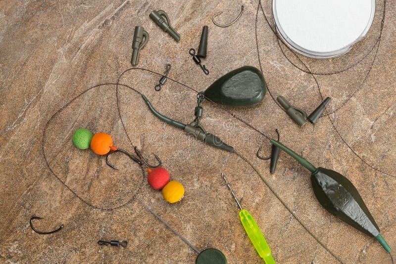 Popasy, haczyki, sinkers, ledcor przygotowywają dla karpiowego połowu Odbitkowa pasta obraz stock