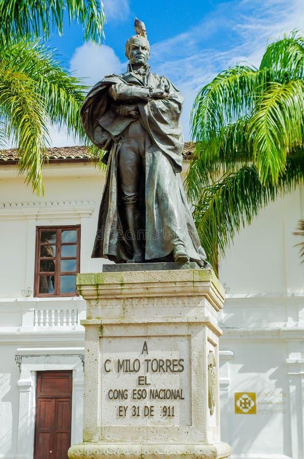POPAYAN, КОЛУМБИЯ - 6-ОЕ ФЕВРАЛЯ 2018: Внешний взгляд бронзовой статуи Camilo Torres перед церковью Сан-Франциско стоковые фотографии rf