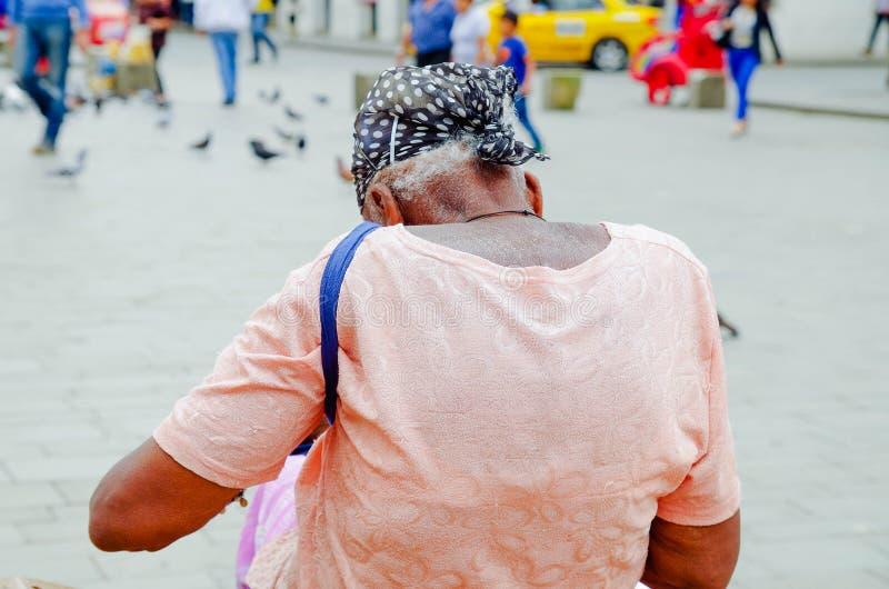 POPAYAN, COLÔMBIA - 6 DE FEVEREIRO DE 2018: Opinião traseira as mulheres negras colombianas não identificadas lindos que vestem u fotografia de stock
