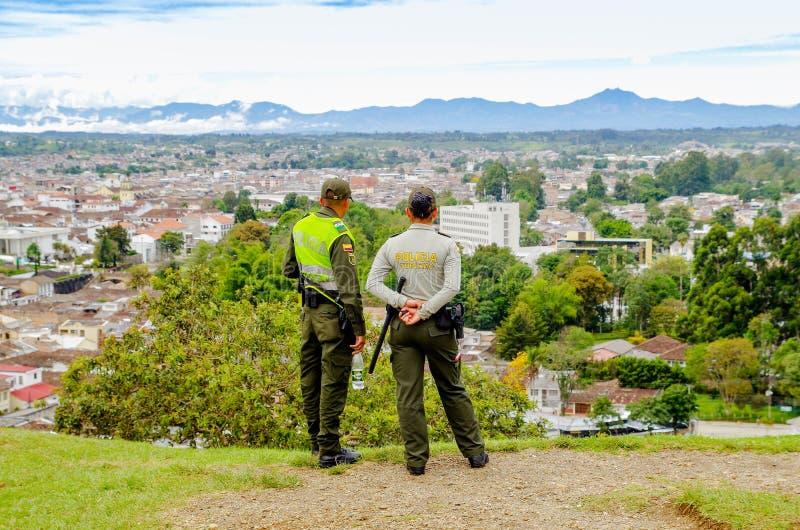 POPAYAN, COLOMBIA - 6 DE FEBRERO DE 2018: Opinión al aire libre la gente no identificada que lleva policía uniforme y que disfrut fotografía de archivo