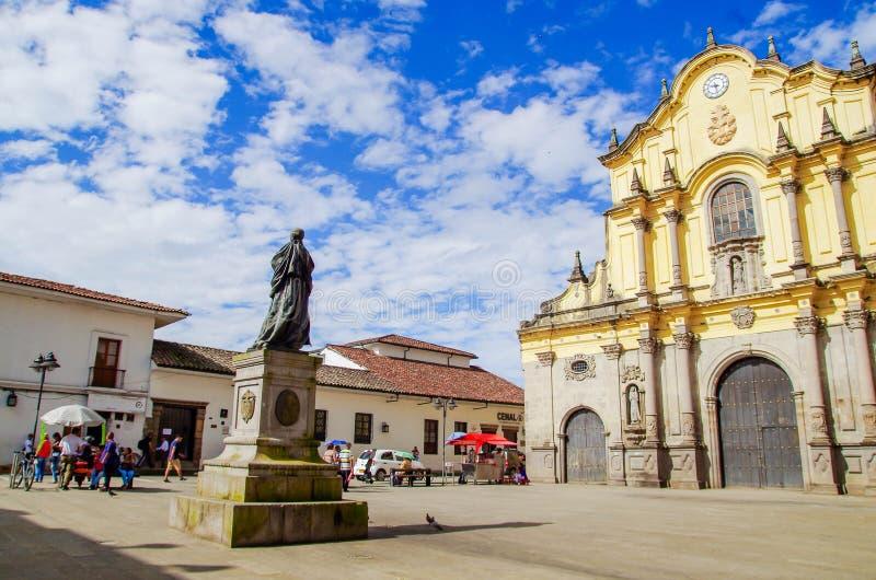 POPAYAN, COLOMBIA - 6 FEBBRAIO 2018: Vista all'aperto della statua bronzea di Camilo Torres davanti alla chiesa di San Francisco immagini stock libere da diritti