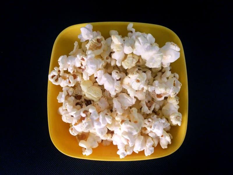 Popcorn är den gula plattan fotografering för bildbyråer