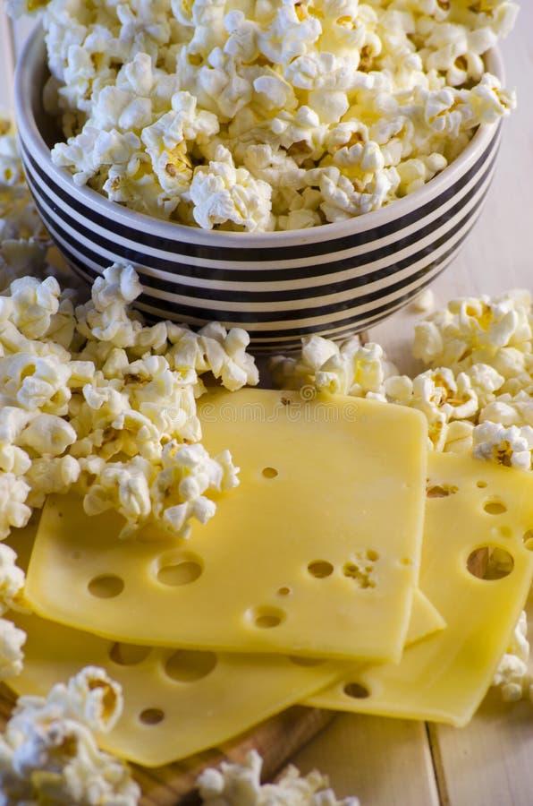 Popcorn και τυρί στοκ φωτογραφία