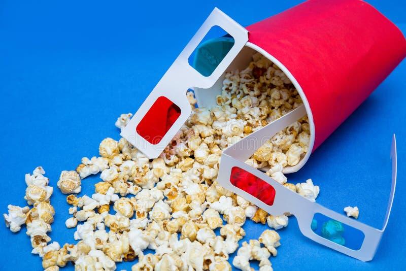Popcorn που θρυμματίζεται από ένα κιβώτιο του κοκκίνου στοκ εικόνες