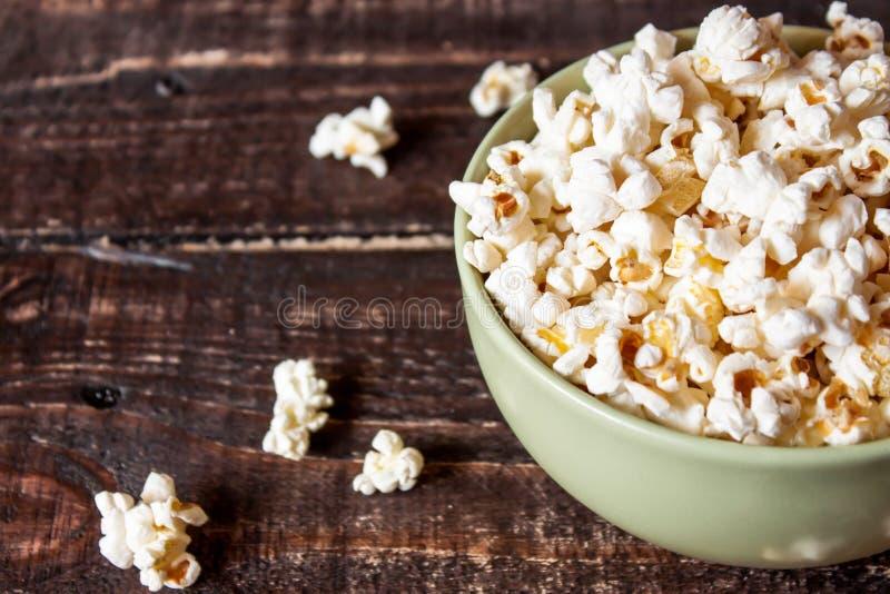 Download Popcorn σε ένα κύπελλο στοκ εικόνες. εικόνα από ξυλεία - 62718068