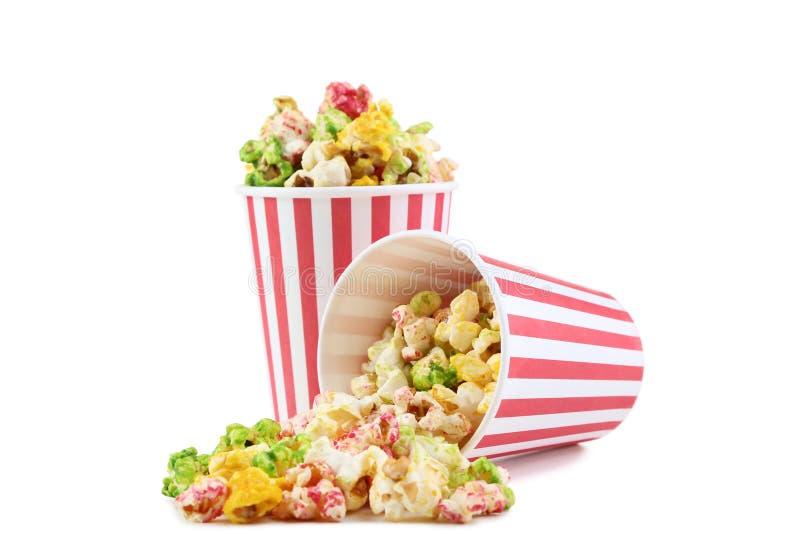 Popcorn στα ριγωτά φλυτζάνια στοκ εικόνες με δικαίωμα ελεύθερης χρήσης