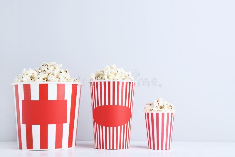Popcorn στους ριγωτούς κάδους στοκ φωτογραφία με δικαίωμα ελεύθερης χρήσης