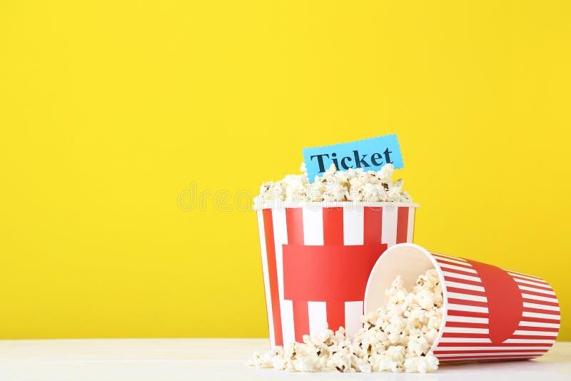 Popcorn στους ριγωτούς κάδους στοκ φωτογραφίες με δικαίωμα ελεύθερης χρήσης