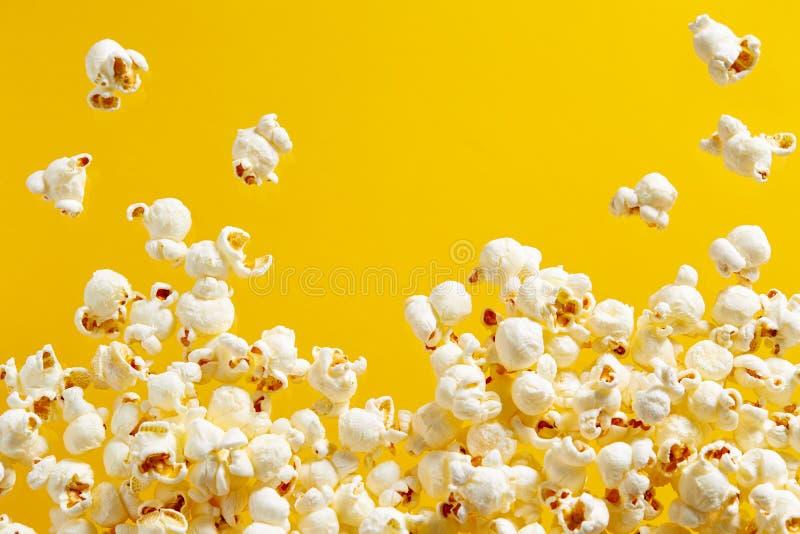 Popcorn στο κίτρινο υπόβαθρο στοκ φωτογραφία με δικαίωμα ελεύθερης χρήσης