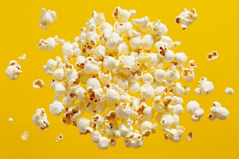 Popcorn στο κίτρινο υπόβαθρο στοκ εικόνα με δικαίωμα ελεύθερης χρήσης