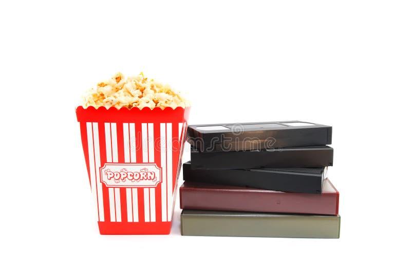 Popcorn στο κιβώτιο και την τηλεοπτική κασέτα στοκ φωτογραφίες