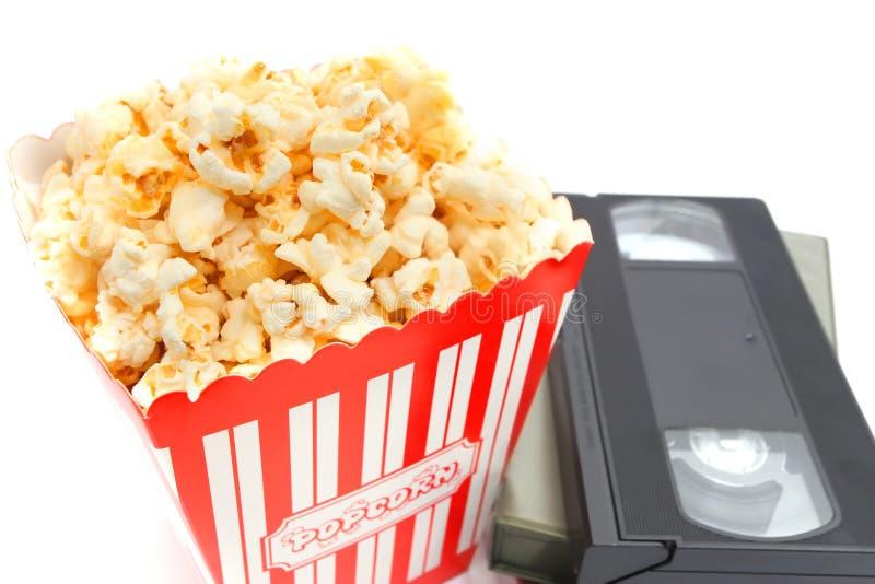 Popcorn στο κιβώτιο και την τηλεοπτική κασέτα στοκ εικόνες
