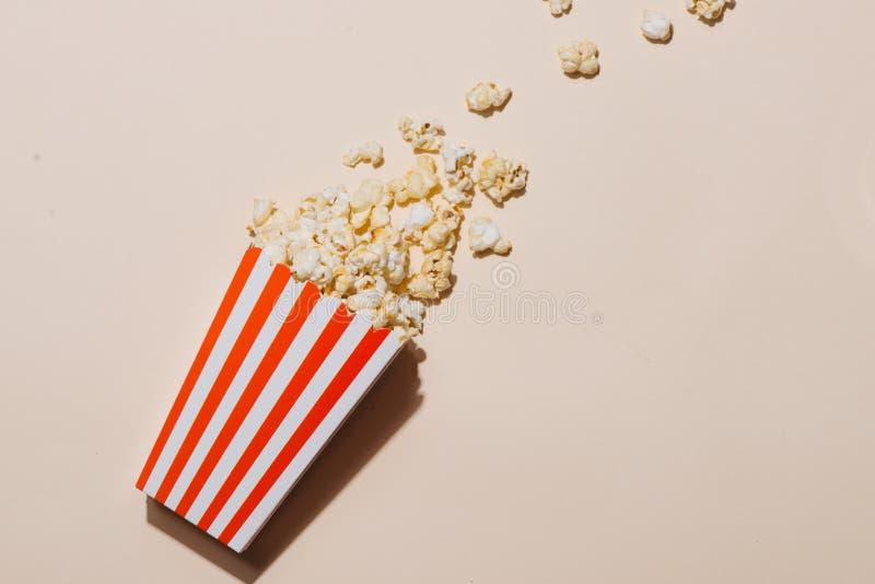 Popcorn στο κόκκινο και άσπρο χαρτόνι Τοπ όψη στοκ εικόνα