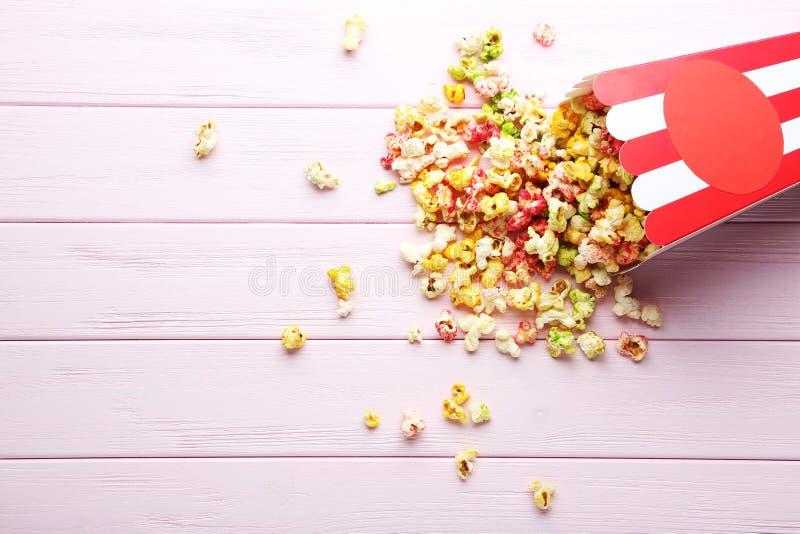 Popcorn στο ριγωτό κάδο στοκ εικόνες